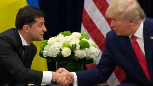 El presidente de Ucrania, Volodímir Zelenski, y el mandatario estadounidense Donald Trump estrechan sus manos durante una reunión en Nueva York, el 25 de septiembre de 2019.