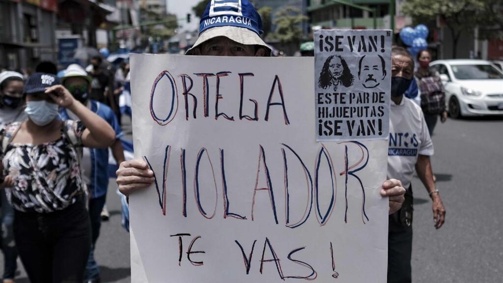 Ciudadanos nicaragüenses radicados en Costa Rica protestan en las calles en contra del gobierno del presidente de Nicaragua, Daniel Ortega, hoy, en San José (Costa Rica). El dirigente de exiliados nicaragüenses Joao Maldonado recibió este sábado un ataque a balazos cuando se movilizaba en su vehículo en Costa Rica, informó la Unidad de Exiliados Nicaragüenses (UEN). Este ataque ocurrió en la víspera de una marcha que la UEN llevará a cabo el domingo en San José para protestar contra el Gobierno nicaragüense del mandatario Daniel Ortega.