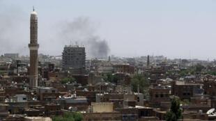 Attaque contre une base des Houthis, à Sanaa, le 12 mai 2015.