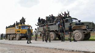 Des soldats de l'armée syrienne avancent dans la ville de Tall Sultan en direction de la ville de Saraqeb, dans la province d'Idleb, dans le nord-ouest de la Syrie, le 5 février 2020.