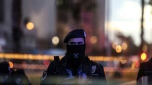 شرطي في مكان الهجوم بالسيارة المفخخة في أزمير في تركيا