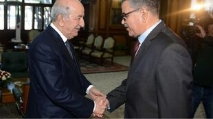 الرئيس الجزائري عبد المجيد تبون مصافحا وزيره الأول عبد العزيز جراد. 28 ديسمبر/كانون الأول 2019.