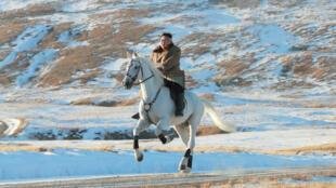Le dirigeant nord-coréen Kim Jong-un à cheval au mont Paektu, image de propagande diffusée par l'agence officielleKCNA le 15octobre2019.