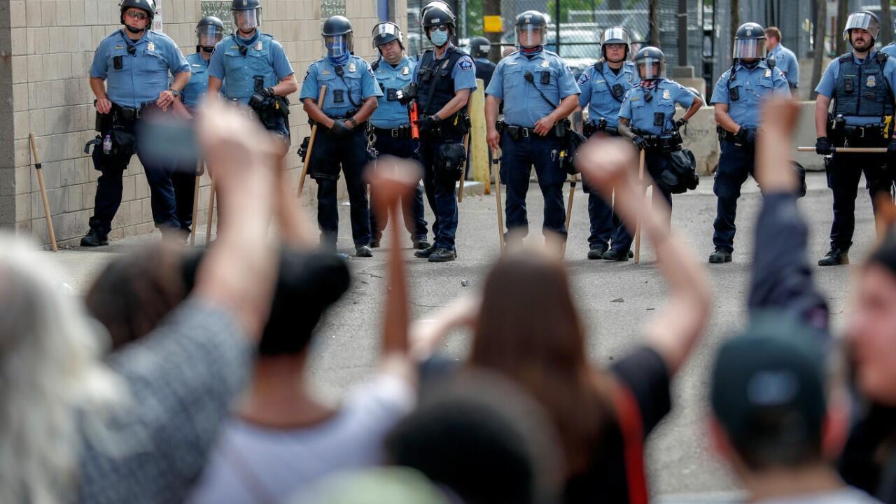 Manifestantes protestan en la estación del Departamento de Policía de Minneapolis, Minnesota, en contra de la muerte de George Floyd, el 27 de mayo de 2020.