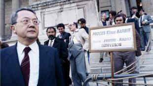 Jacques Vergès devant le Palais de justice de Lyon, le 13 mai 1987, au 3e jour du procès de Klaus Barbie.