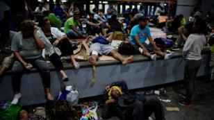 Los migrantes de Honduras y El Salvador descansan en un parque público durante su viaje hacia los Estados Unidos, en Tapachula, México, el 18 de enero de 2019.