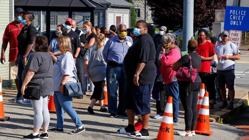 Los votantes en las primarias de Pensilvania esperan para votar fuera del Edificio de Seguridad Pública McKeesport en McKeesport. Estados Unidos, el martes 2 de junio de 2020