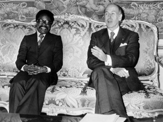 Le président français Valéry Giscard d'Estaing (à d.) s'entretient avec son homologue gabonais Omar Bongo, le 4 novembre1977 à Paris, lors de sa visite officielle en France.