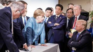 """Selon le quotidien allemand Frankfurter Allgemeine Zeitung, cette photographie transforme le président américain """"en écolier qui s'attend à être grondé par la maîtresse""""."""