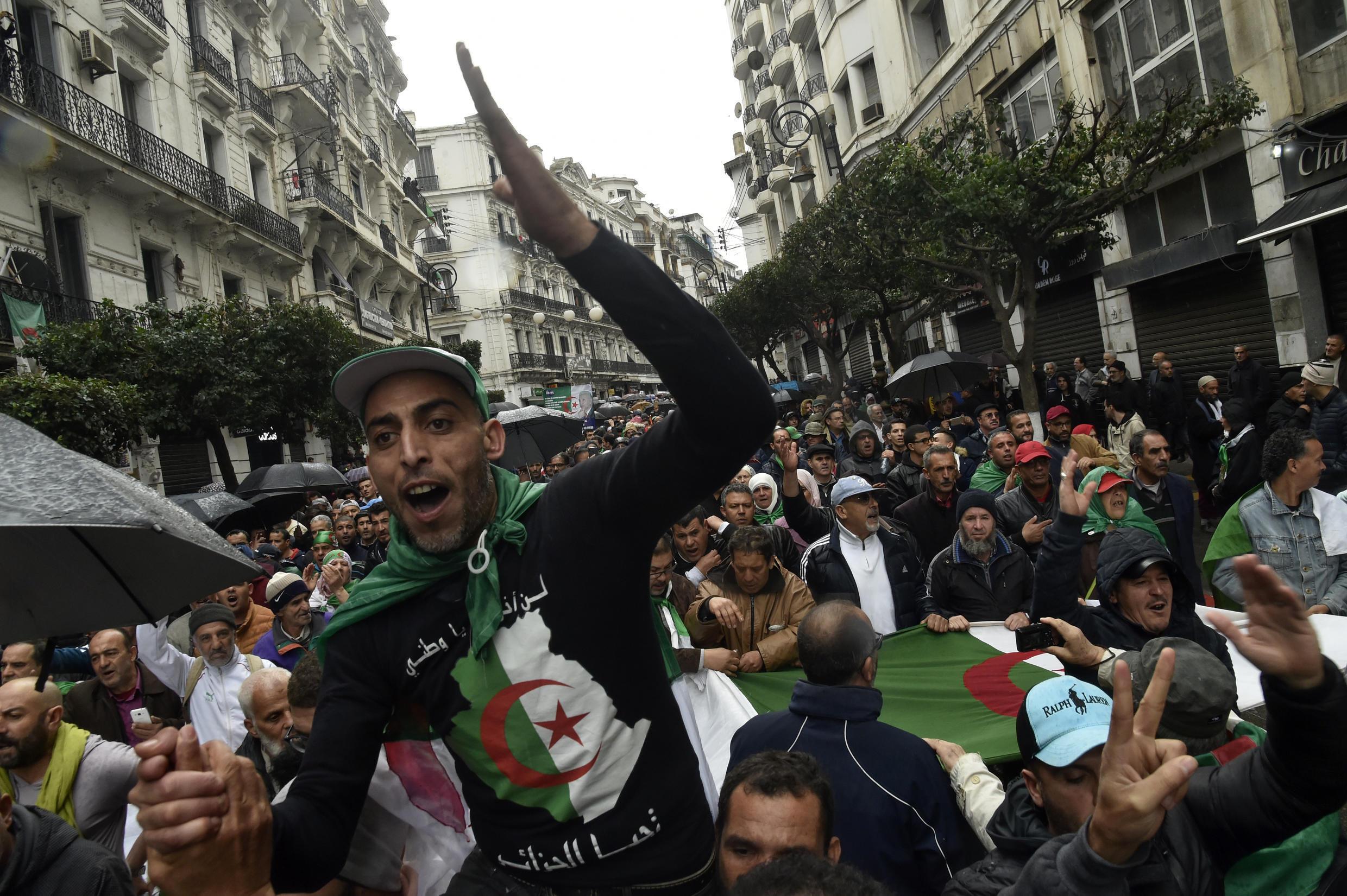 Des Algériens chantent des slogans lors d'une manifestation contre le gouvernement à Alger, le 10 janvier 2020.