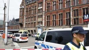 عناصر الأمن يطوقون محطة القطارات المركزية في أمستردام الجمعة 31 آب/أغسطس 2018