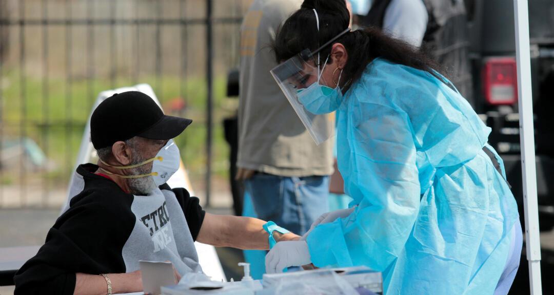 Un residente se somete a una prueba de coronavirus en el Centro Sheffield en Detroit, Michigan, EE. UU., el 28 de abril de 2020.