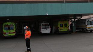 Des ambulances sont garées à l'entrée des urgences de l'hôpital public de San José, à Santiago, au Chili, le 28 mai 2020.