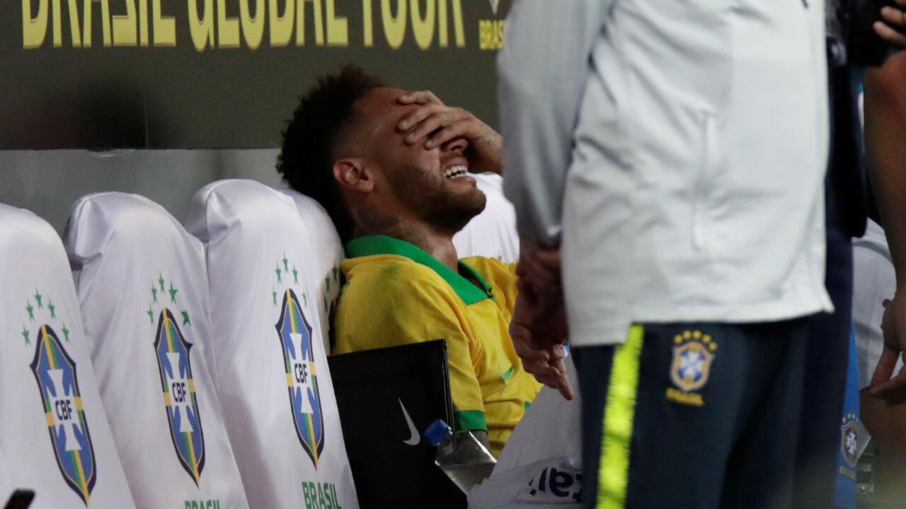 Neymar Jr., futbolista de la selección de Brasil, adolorido después de sufrir una lesión en su tobillo derecho durante un partido amistoso contra Catar en el estadio Mané Garrincha de Brasilia, Brasil, el 5 de junio de 2019.