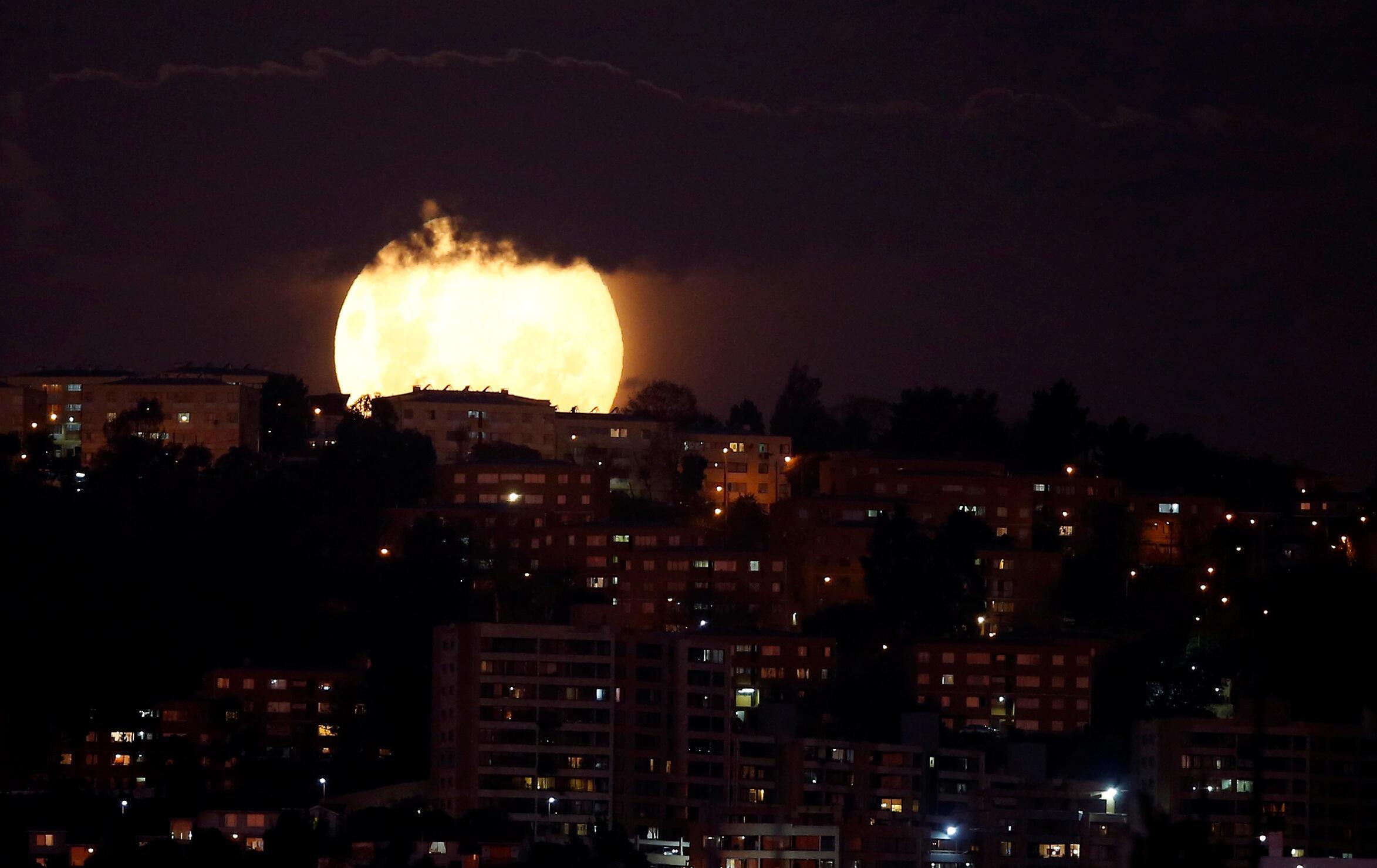 قمر ضخم لونه وردي يشبه كوكب المشتري يرتفع في سماء مدينة فينا ديل مار، شيل ، 7 أبريل/ نيسان 2020