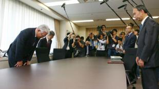Mea culpa du PDG de Kobe Steel, Hiroya Kawasaki (au premier plan à gauche)