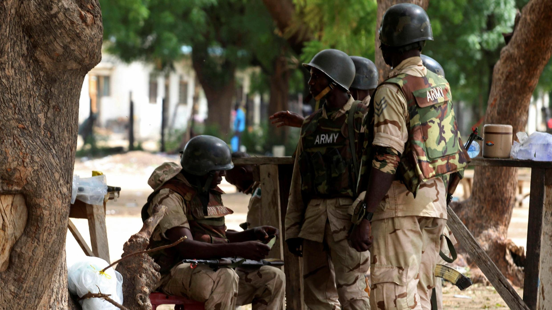 En esta foto de archivo del sábado 1 de agosto de 2009, tropas nigerianas en Maiduguri, Nigeria.