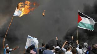 """مواجهات في ثالث جمعة من مسيرة """"العودة الكبرى"""" على حدود غزة وإسرائيل، 13 نيسان/أبريل 2018."""