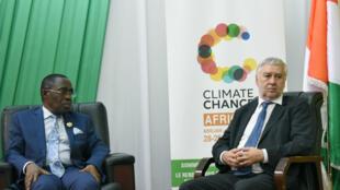 L'ancien ministre ivoirien Eugène Aka Aouélé et le sénateur français Ronan Dantec au dernier sommet africain sur le climat, à Abidjan, le 28juin2018.