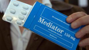 La doctora francesa Irène Frachon, impulsora del caso Mediator, muestra una caja del medicamento en la corte de Nanterre, el 14 de mayo de 2012.