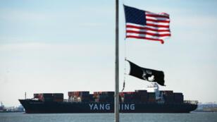 Un cargo chinois quitte le port de New York, le 9 avril 2018.