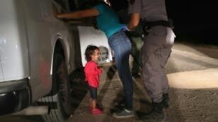 توقيف وتفتيش مهاجرة مع ابنتها قدمتا من هندوراس للجوء إلى الولايات المتحدة في 11 حزيران/يونيو 2018