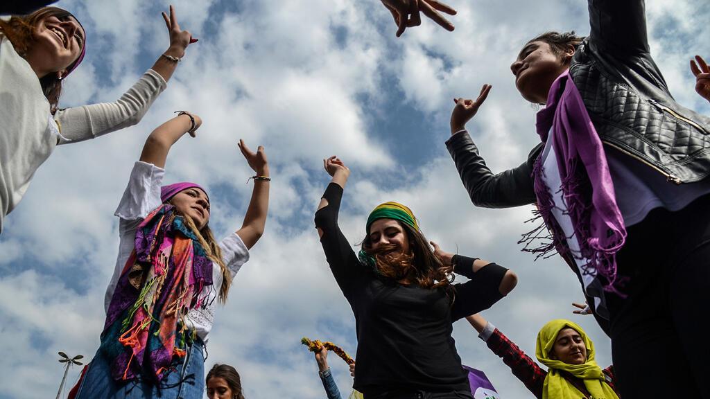 Un grupo de mujeres muestra señales de victoria durante una manifestación como parte del Día Internacional de la Mujer el 8 de marzo de 2017 en Diyarbakir, Turquía.