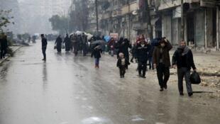مدنيون يغادرون أحد الأحياء التي تسيطر عليها المعارضة في حلب، 13 ديسمبر 2016