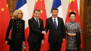 Emmanuel Macron, accompagné de son épouse Brigitte, accueilli le 8 janvier 2018 à Pékin, par Xi Jinping, accompagné de son épouse Peng Liyuan.