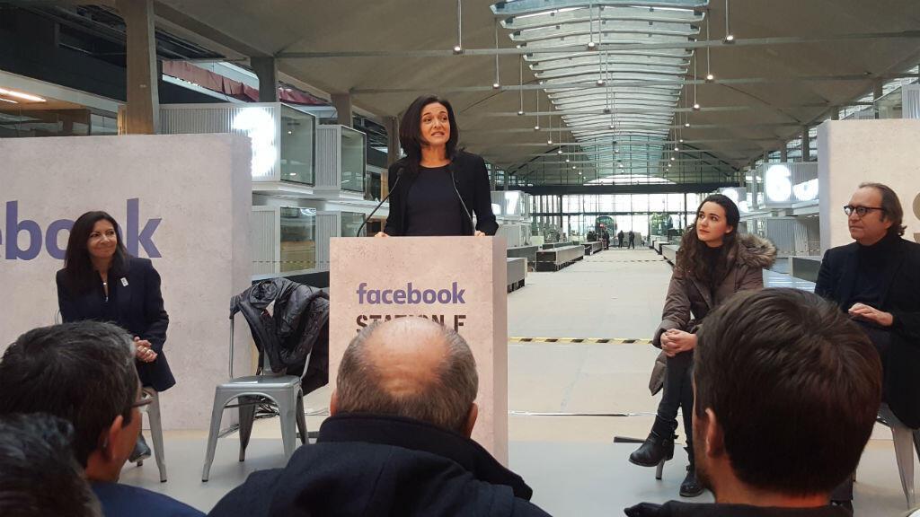 Sheryl Sandberg, la cheffe des opérations de Facebook, dans les futurs locaux de l'incubateur à start-ups Station F
