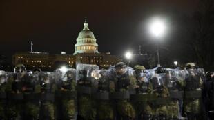 La police anti-émeute se prépare à éloigner les partisans de Donald Trump du Capitole, à Washington DC, le 6 janvier 2021.