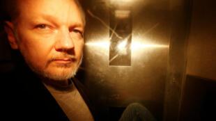 El fundador de WikiLeaks Julian Assange, mientras dejaba Southwark Crown Court luego de ser sentenciado en Londres el primero de mayo de 2019.