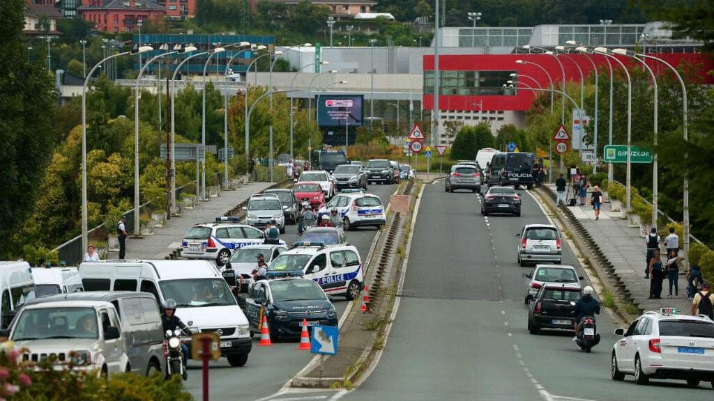 La policía francesa y española se encuentra en un puesto de control de seguridad en el puente Saint-Jacques entre Hendaya e Irún en la frontera franco-española, el 19 de agosto de 2019.