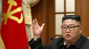 Kim Jong Un habla durante una reunión del buró político del Comité Central del Partido de los Trabajadores de Corea del Norte, el 30 de septiembre de 2020 en Pyongyang
