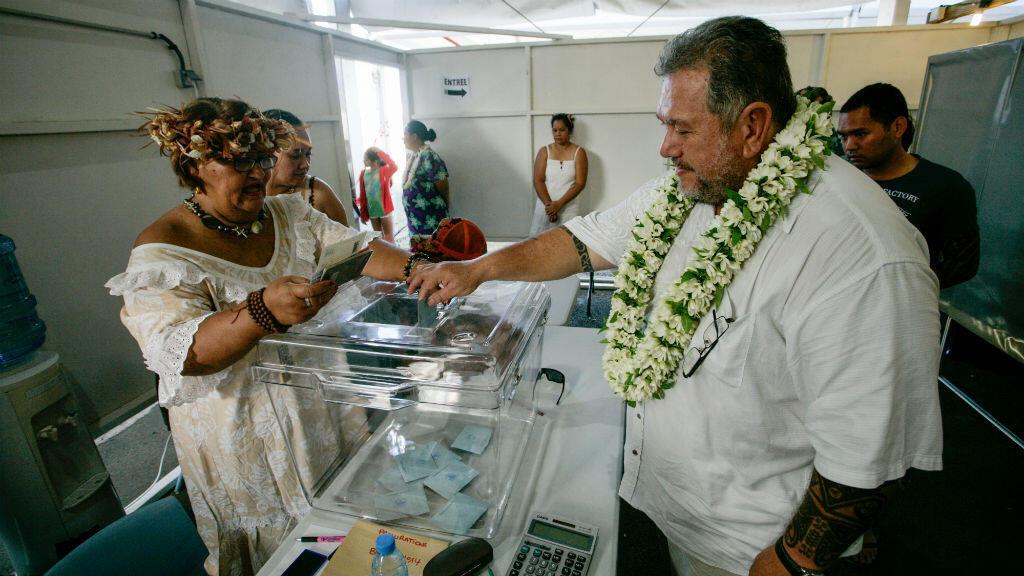 Premier tour des législatives dans un bureau de vote à Tahiti, le 3 juin 2017.