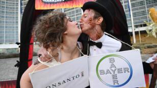 Manifestante protesta contra la fusión entre Bayer y Monsanto en la ciudad de Bonn, en Alemania, el 25 de mayo de 2018.