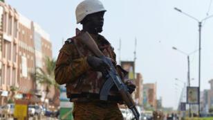 Un soldat burkinabè après une attaque qui avait fait 26 morts à Ouagadougou, la capitale, le 16 janvier 2016.