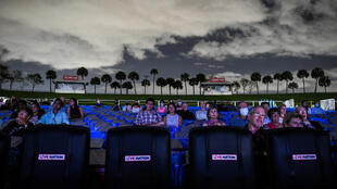 """Des spectateurs assistent à l'opéra """"La Bohème"""" à Palm Beach, en Floride, le 19 février 2021"""