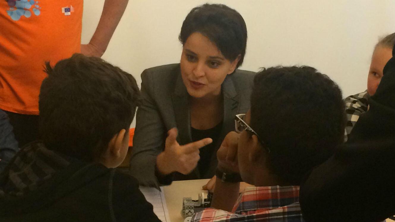 """La ministre de l'Éducation nationale, de l'Enseignement supérieur et de la Recherche Najat Vallaud-Belkacem, en plein atelier de code, lors du lancement de la """"Semaine européenne du code"""" au Ministère de l'Éducation nationale, le 14 octobre 2016, à Paris."""