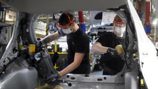 Dans une usine de Toyota, à Onnaing, près de Valenciennes, dans le Nord, le 23 avril 2020