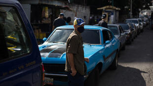 Colas para cargar combustible en Caracas