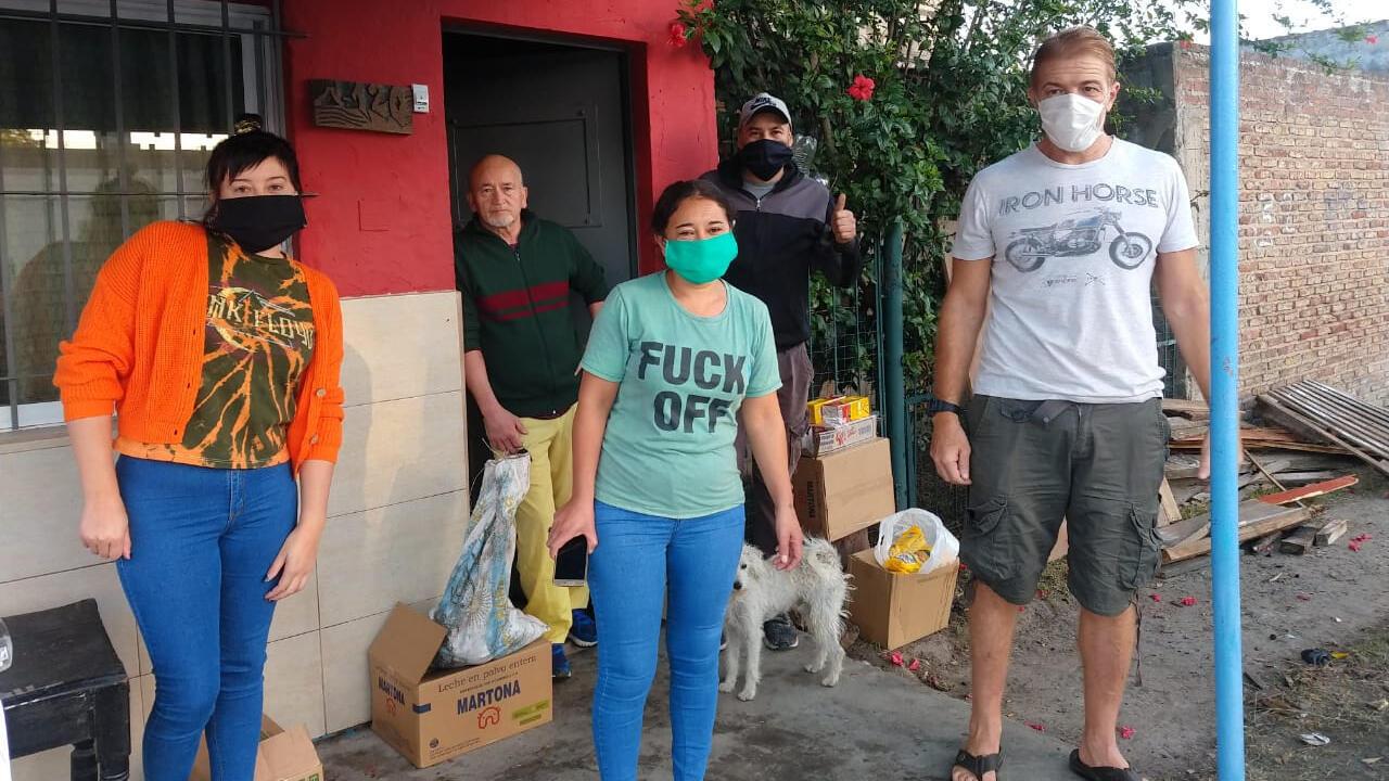 Imagen sin fecha que muestra a Pablo Pérez, de La Plata Solidaria reparte junto a otros voluntarios alimentos a familias de los barrios de La Gran Plata. La Plata, Argentina.