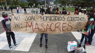 Un grupo de manifestantes, en su mayoría de comunidades negras, protestó este viernes 28 de agosto de 2020 con tambores frente a la Fiscalía colombiana en Bogotá por las masacres recientes en el país. Pidieron a las autoridades resultados en las investigaciones y ayuda para enfrentar los efectos de la pandemia.