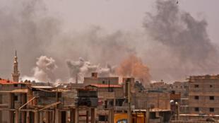 De la fumée s'élevant de la banlieue sud de Damas durant les bombardements du régime visant l'EI dans le camp palestinien de Yarmouk.