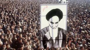 متظاهرون ضد شاه إيران يرفعون صورة الخميني في طهران في 01 كانون الثاني/يناير 1979.