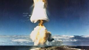 Photo d'archive datée de 1970 d'un test nucléaire français dans le Pacifique sud à Mururoa.