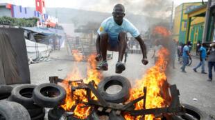 Un manifestante salta sobre una barricada durante las protestas del pasado lunes 11 de febrero