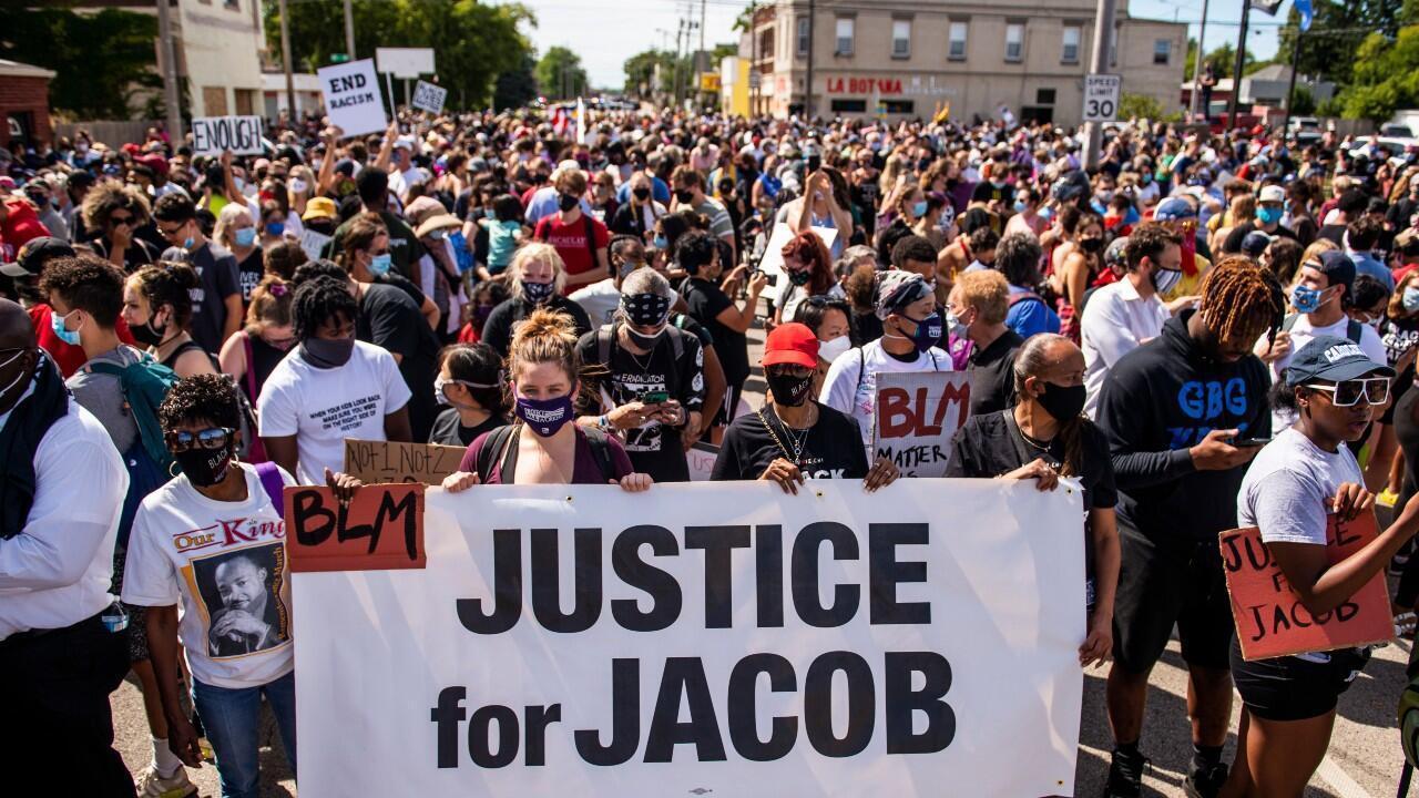Cientos de personas participan en una marcha liderada por la familia de Jacob Blake, el afroamericano herido de gravedad por un policía. En Kenosha, Wisconsin, Estados Unidos, el 29 de agosto de 2020.