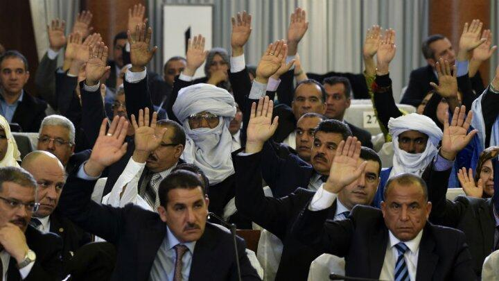 نواب جزائريون خلال جلسة التصويت على التعديلات الدستورية 2016