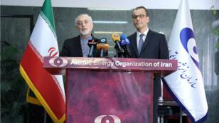 El jefe interino del Organismo Internacional de Energía Atómica de la ONU (OIEA), el Cornel Feruta, se da la mano con Ali Akbar Salehi, director de la agencia de energía nuclear de Irán en Teherán. 8 de septiembre de 2019.